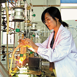Dalian Institute's  Donge Wang sets up to measure light-stimulated catalytic hydrogen production from water.