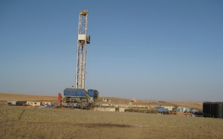 Drill Rig Working the Bakken Formation in North Dakota. Image Credit: Stephanie Gaswirth, USGS.  Click image for the largest view.